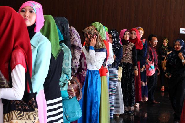 Antrian para Hijabers terlihat saat audisi digelar di Santika Premiere Dyandra Hotel & Convention Center.