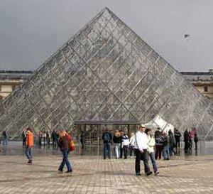 Mona Lisa dan Pesona Louvre