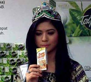 Puteri Indonesia Minum Jamu