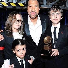 Terima Piala, Keluarga Jackson Tak Diundang ke Grammy
