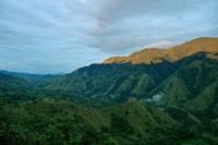 pemandangan senja di sepanjang jajaran Gunung Nona