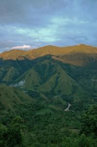 cahaya keemasan yang mulai turun menyinari Gunung Nona