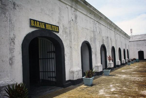 Kalau Makassar punya Fort  Rotterdam, Bengkulu punya Fort  Marlborough. Bedanya, benteng  ini merupakan peninggalan  Inggris saat mereka masih  menduduki Bengkulu yang  selesai di bangun sekitar  tahun 1741.