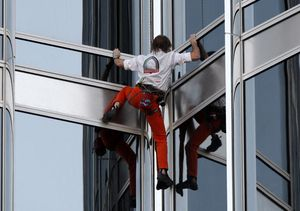 Spiderman Taklukkan Gedung Tertinggi Dunia