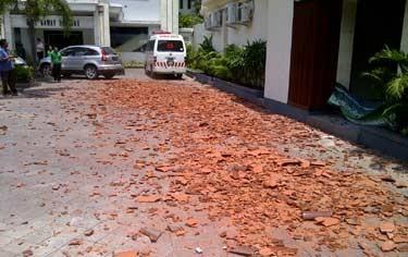 Bali Gempa, Runtuhan Beton Ruko Timpa Mobil Hingga Penyok