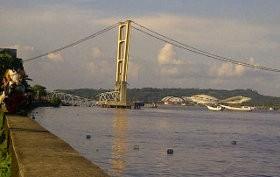 Bruukk! Jembatan Mahakam di Kalimantan Timur Runtuh