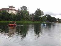 Mengelilingi danau dengan perahu bebek