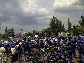 Lawan Apindo, Belasan Ribu Buruh Demo di Cikarang