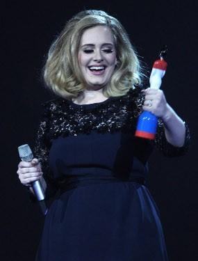 Pidato Dipotong Saat Terima BRIT Awards, Adele Acungkan Jari Tengah