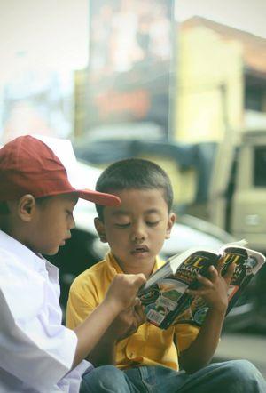 2 Bocah Belajar di Tengah Kemacetan