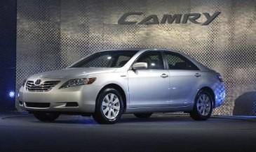 Toyota Camry dan Chevrolet Captiva Ditarik