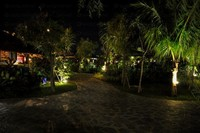Suasana taman di dalam area Rumah Kayu yang romantis