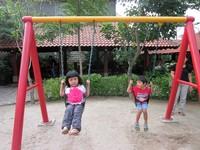 Anak-anak sedang bermain ayunan