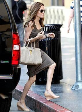 Ini Dia Penampilan Perdana Jolie Setelah Tunangan