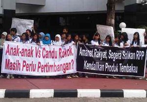 Gelar Aksi di Kemenkes, YLKI Tuntut RPP Tembakau Segera Disahkan