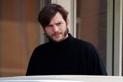 Ini Dia Wajah Ashton Kutcher Ketika Memerankan Steve Jobs