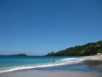 Birunya laut dengan ombak yang tenang menjadi daya pikat yang memukau untuk wisatawan (edyraguapo.blogspot.com)