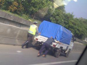 Polisi Bantu Dorong Pikap Mogok