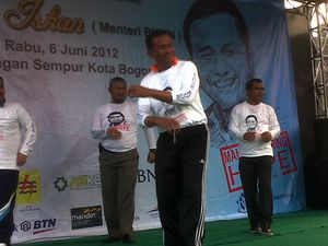 Dahlan Iskan Goyang Iwak Peyek di Bogor