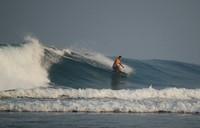 Salah satu surfer yang sedang menaklukan ombak Tanjung Setia (khairilwalid.blogspot.com)