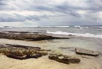 Beberapa batu karang yang masih berada di tepi pantai (Titisari Raharjo/dTraveler)