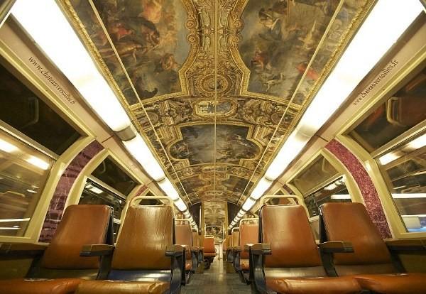 Bagian dalam kereta komuter menuju Istana Versailles (wenn.com/ dailymail)