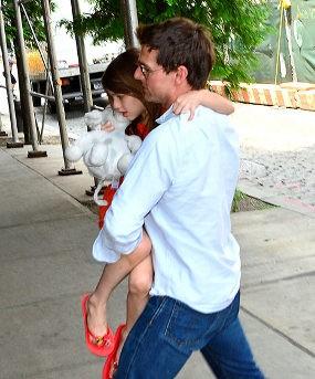 Ini Dia Foto Tom Cruise Menggendong Suri di New York