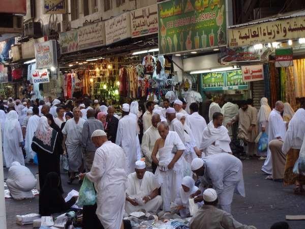 Suasana pasar kaget di Jalan Misfalah (Sumber: sahabatbunda.wordpress.com)