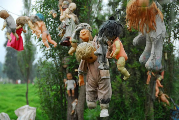 Island of the Dolls (travel.spotcoolstuff.com)