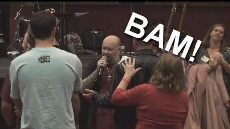 Astaga! Pendeta Ini Sembuhkan Orang Sakit dengan Menendang Wajah