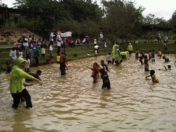 Bermain di lumpur (orangbanjar.blogspot.com)