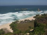 Pesona Pantai Buyutan yang berada di bawah jurang