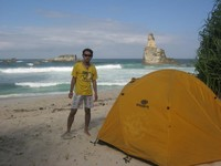 Kemping di pinggir pantai menjadi pengalaman seru untuk kami