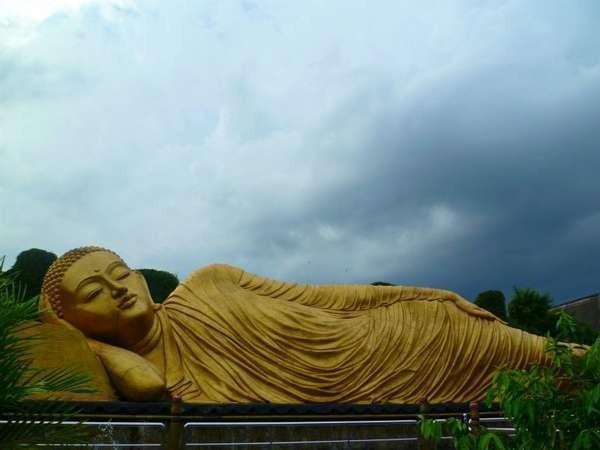 Patung Buddha tidur di Maha Vihara Mojopahit, Mojokerto (Fajar/ dTraveler)