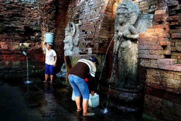Arca Dewi Laksmi yang mengeluarkan air dari payudaranya (Nurul Hidayati/ dTraveler)