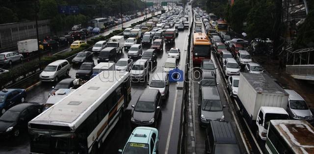 Mobil Sedan Tabrak Pembatas Jalan di Tol Tambun, Lalin Macet