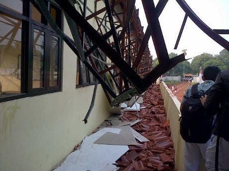 Atap SMAN 7 Depok Ambruk, Seorang Siswa Terluka