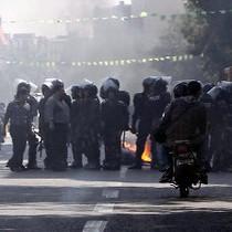 Protes Anjloknya Mata Uang Iran, Demonstran Bentrok dengan Polisi
