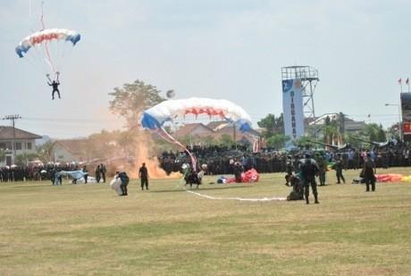 4 Penerjun HUT TNI Tersangkut di Pohon dan Tercebur ke Danau