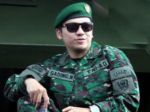 Gading Marten Gagah Pakai Seragam Tentara