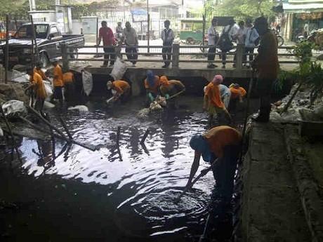 Dinas PU DKI Keruk Sampah di Kali Pademangan