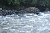 Perahu Long Boat menerjang riam Sungai Mahakam