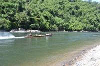 Ini bukan di tepi pantai, ini adalah pemandangan Sungai Mahakam bagian hulu