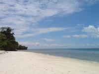 pasir putih diantara birunya laut