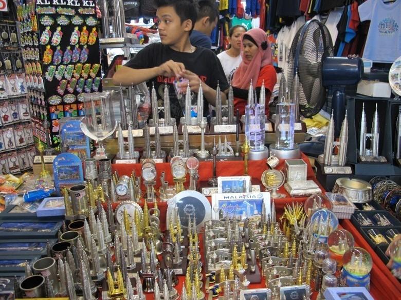 Salah satu kios di Bukit Bintang yang menjual miniatur Menara Petronas (Putri/detikTravel)