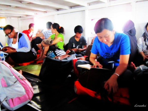 Suasana di dalam kapal menuju pulau harapan