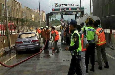 Honda Accord Silver Terbakar di Gerbang Tol Kayu Besar
