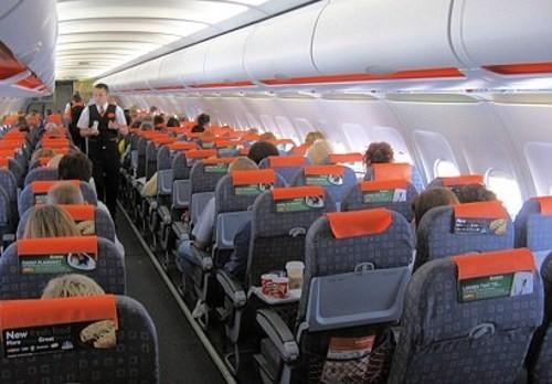 Suasana di dalam pesawat easyJet (Daily Mail)