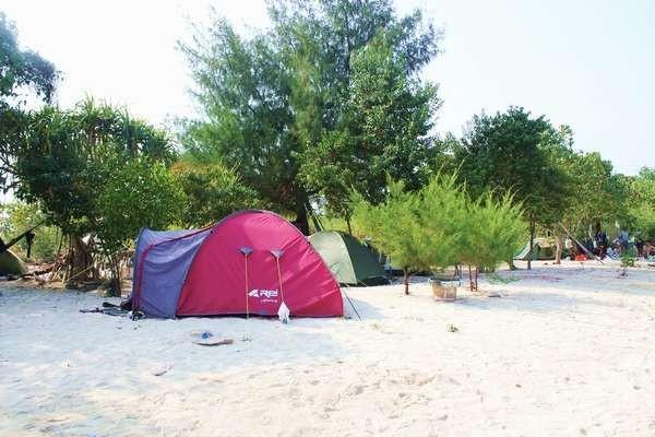 Pasir putih jadi alas saat menghabiskan waktu di Pulau Pari (Nindy Elviana/d'Traveler)