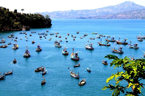 Laut biru dan perahu nelayan terlihat dari atas bukit (foto:Wendy S)